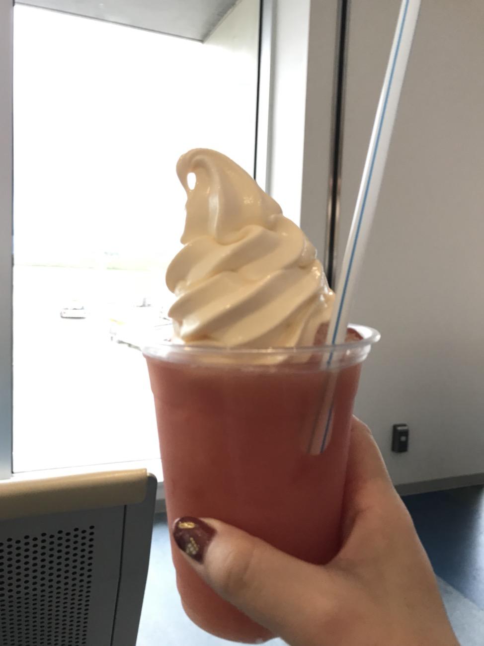石垣空港ラウンジがないので搭乗待合エリアでソフトクリーム