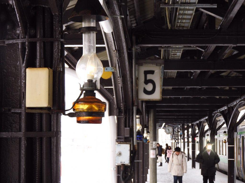 ガス灯がともる小樽駅