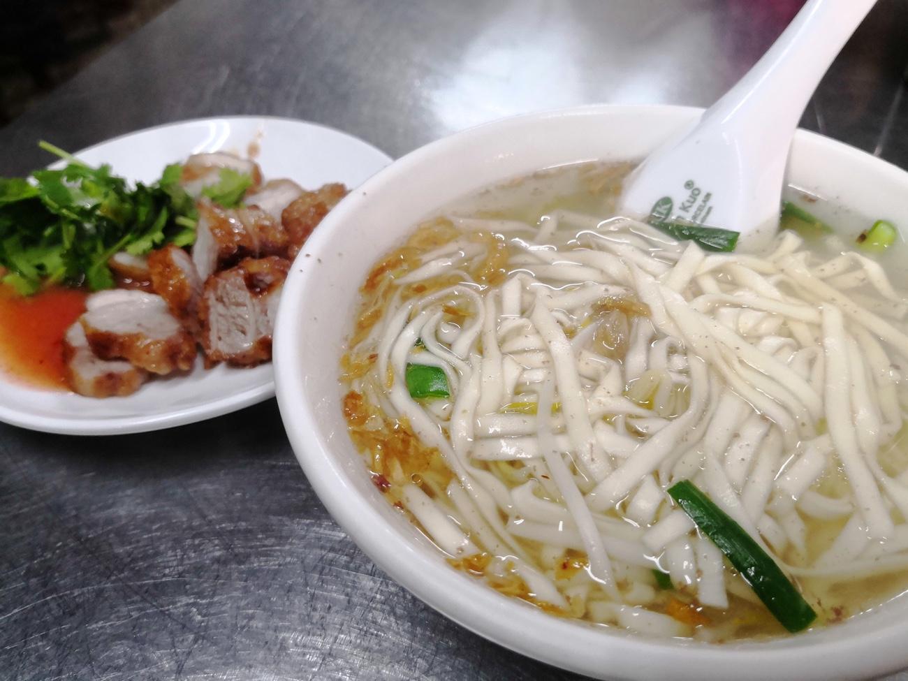 台湾食べ歩きおすすめ 太平市場 わんたん麺と揚げ豚
