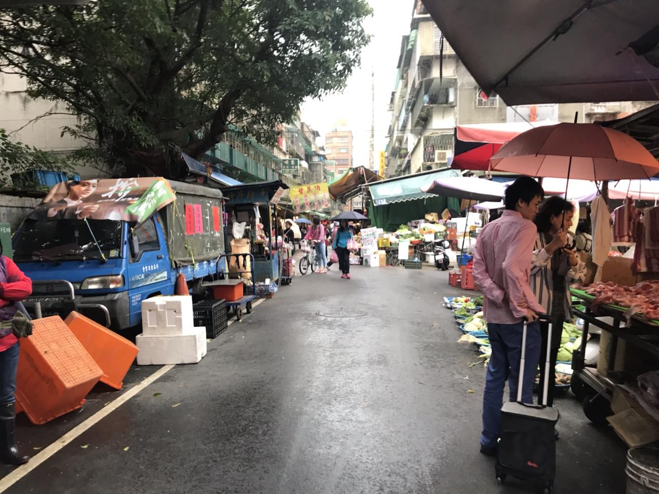 台湾食べ歩き一人旅女子 太平市場 豚肉 麺 阿角紅焼肉