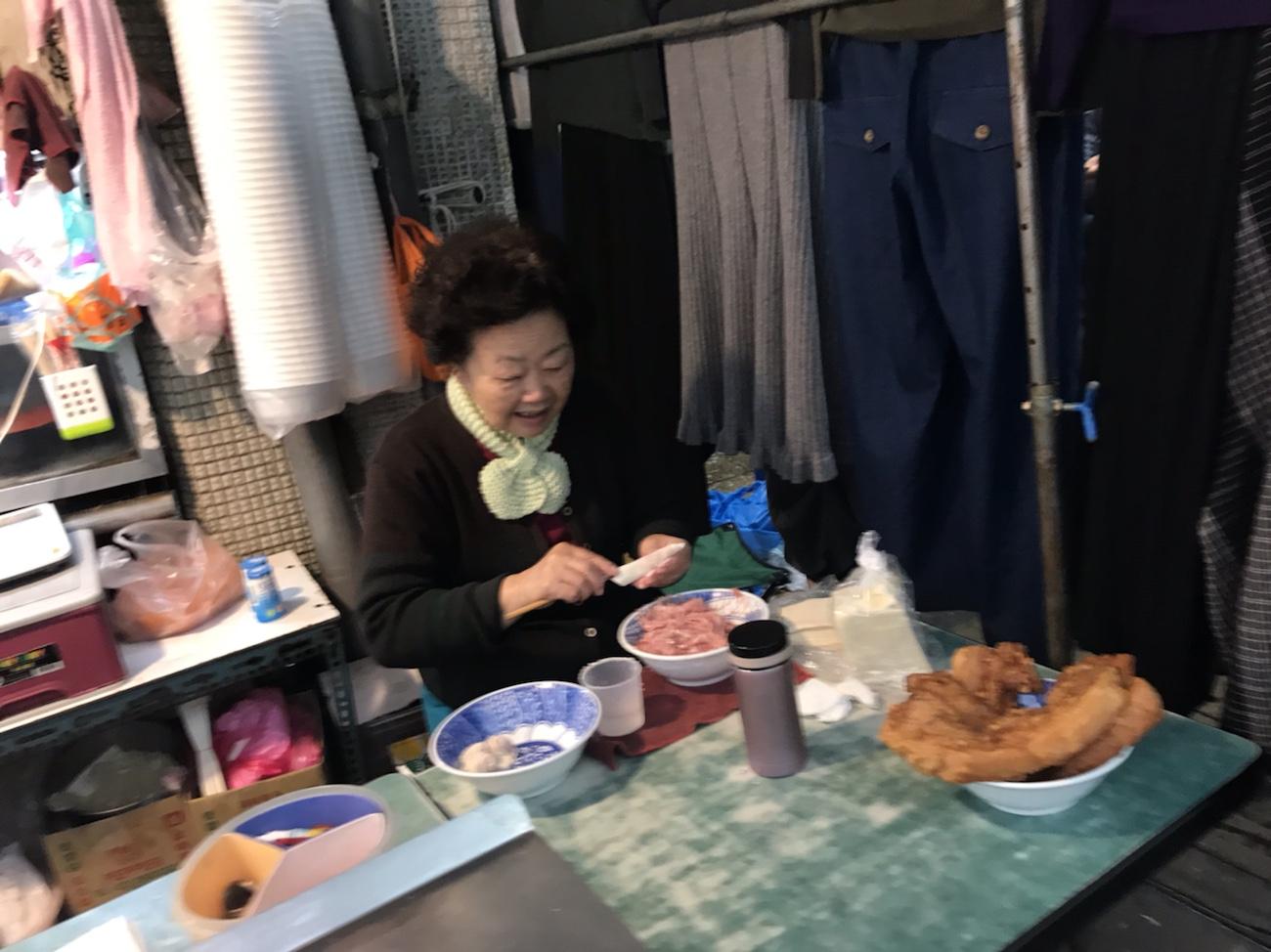 阿角紅焼肉の店前 台湾食べ歩き 一人旅女子