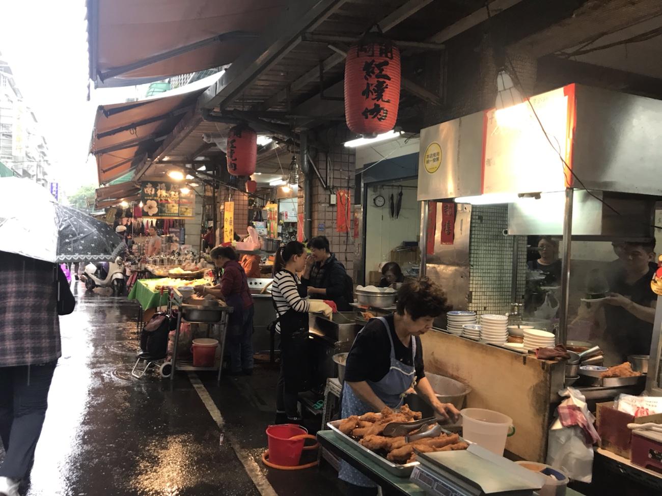 台湾食べ歩き朝食 阿角紅焼肉 赤いちょうちん