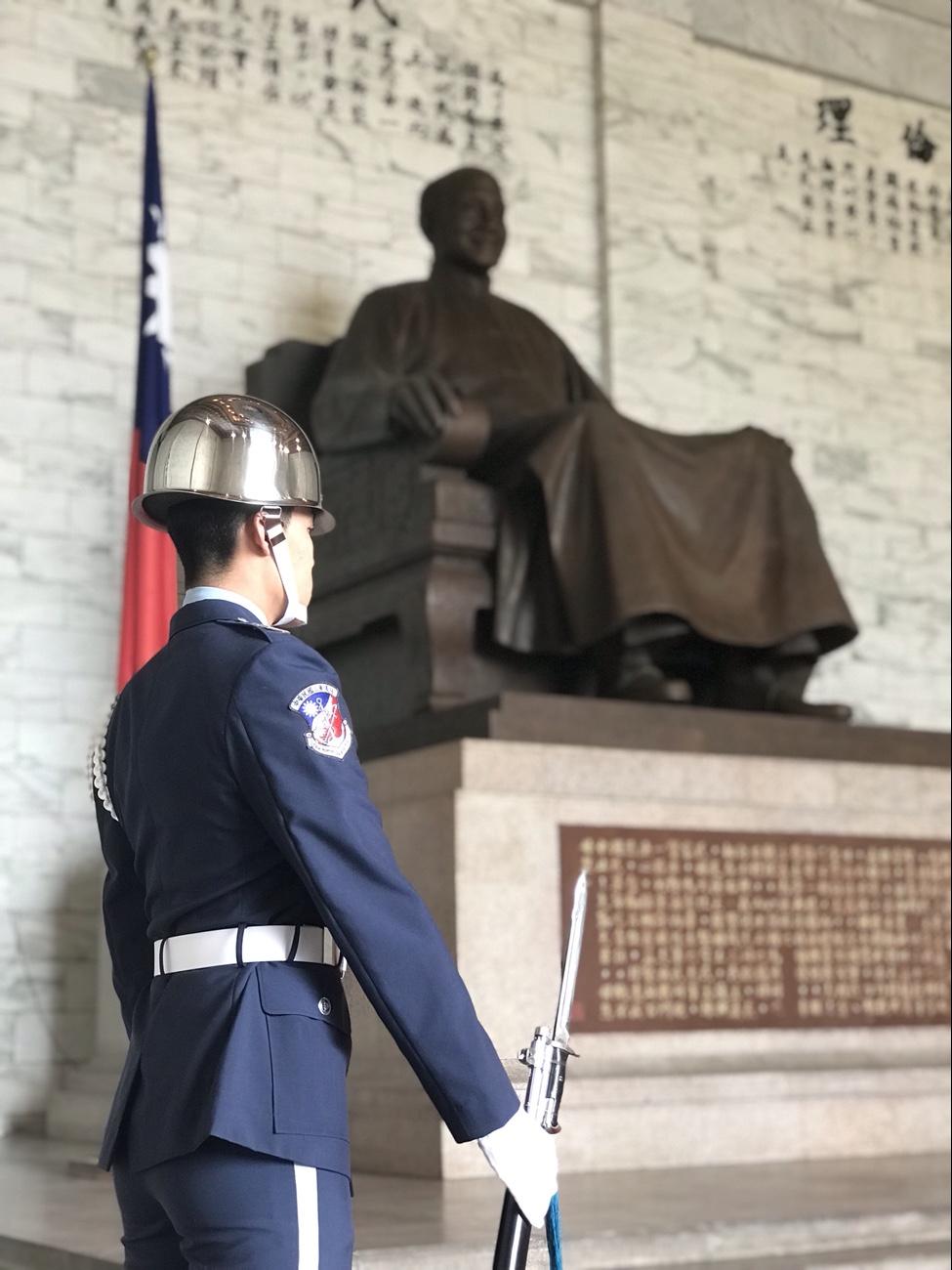 中正記念堂の蒋介石像の前にたつ衛兵