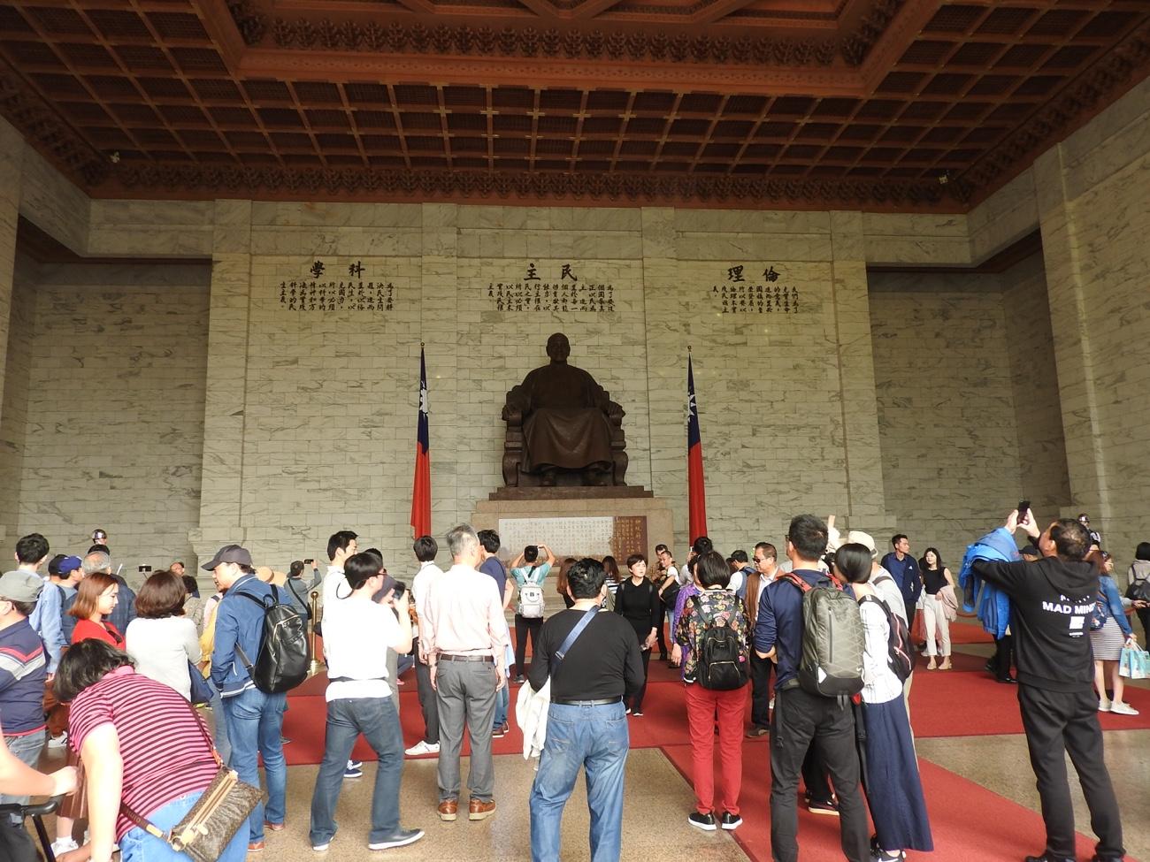 蒋介石像がある中正記念堂の中