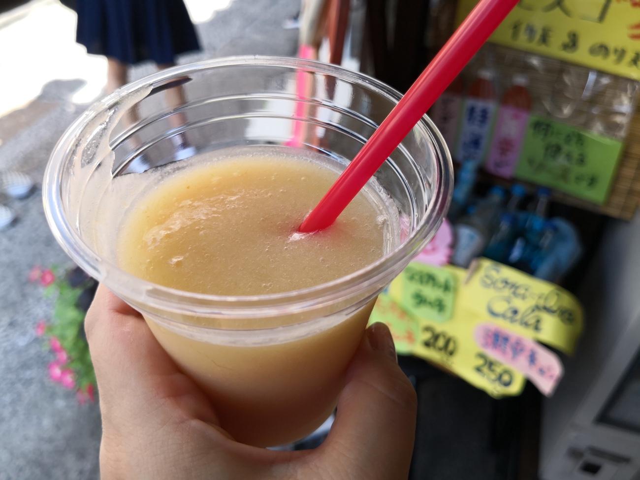 倉敷美観地区で食べ歩きした純粋な桃100%ジュース。