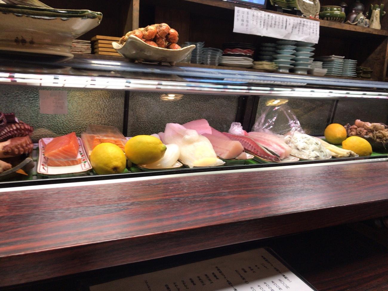 倉敷名物の魚が並ぶ冷蔵ケース 倉敷グルメブログ