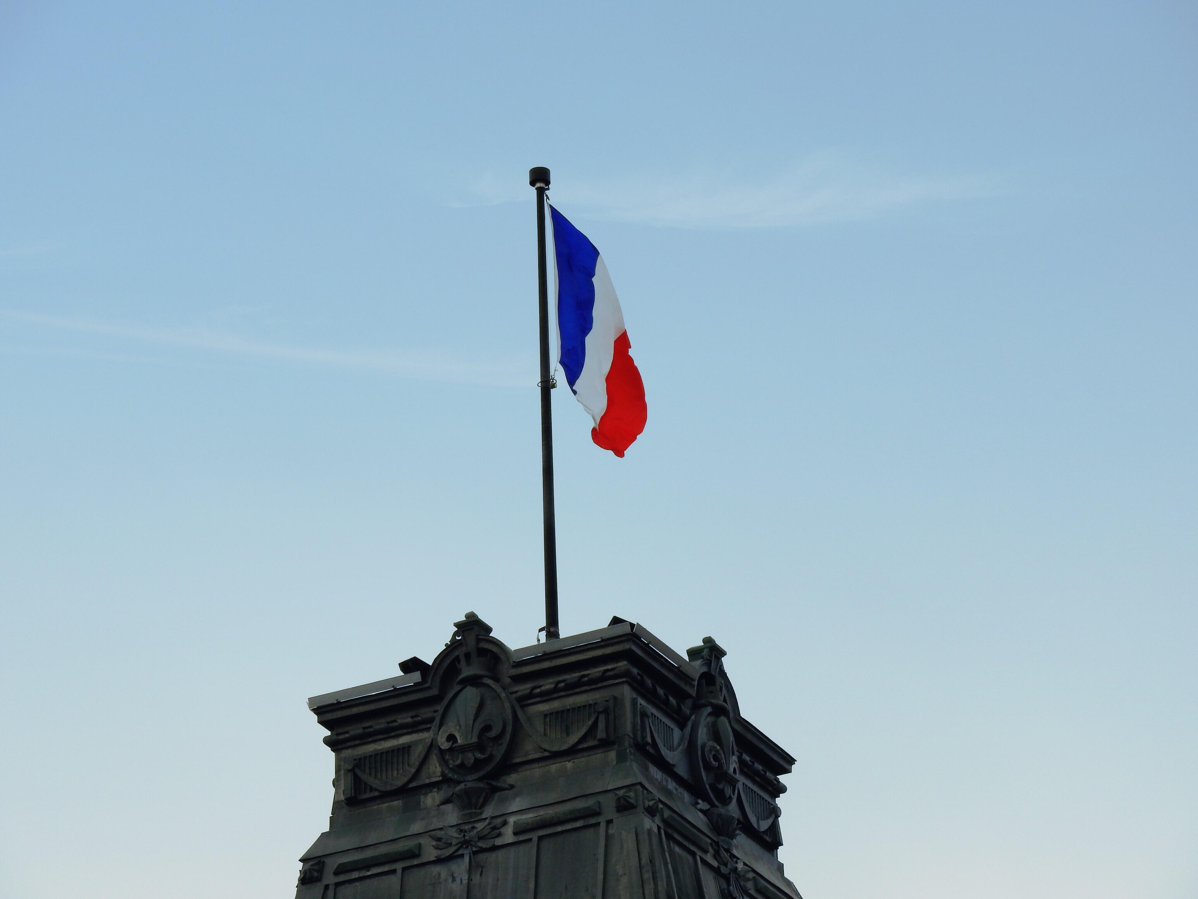 ケベック州議事堂にたなびくフランス国旗