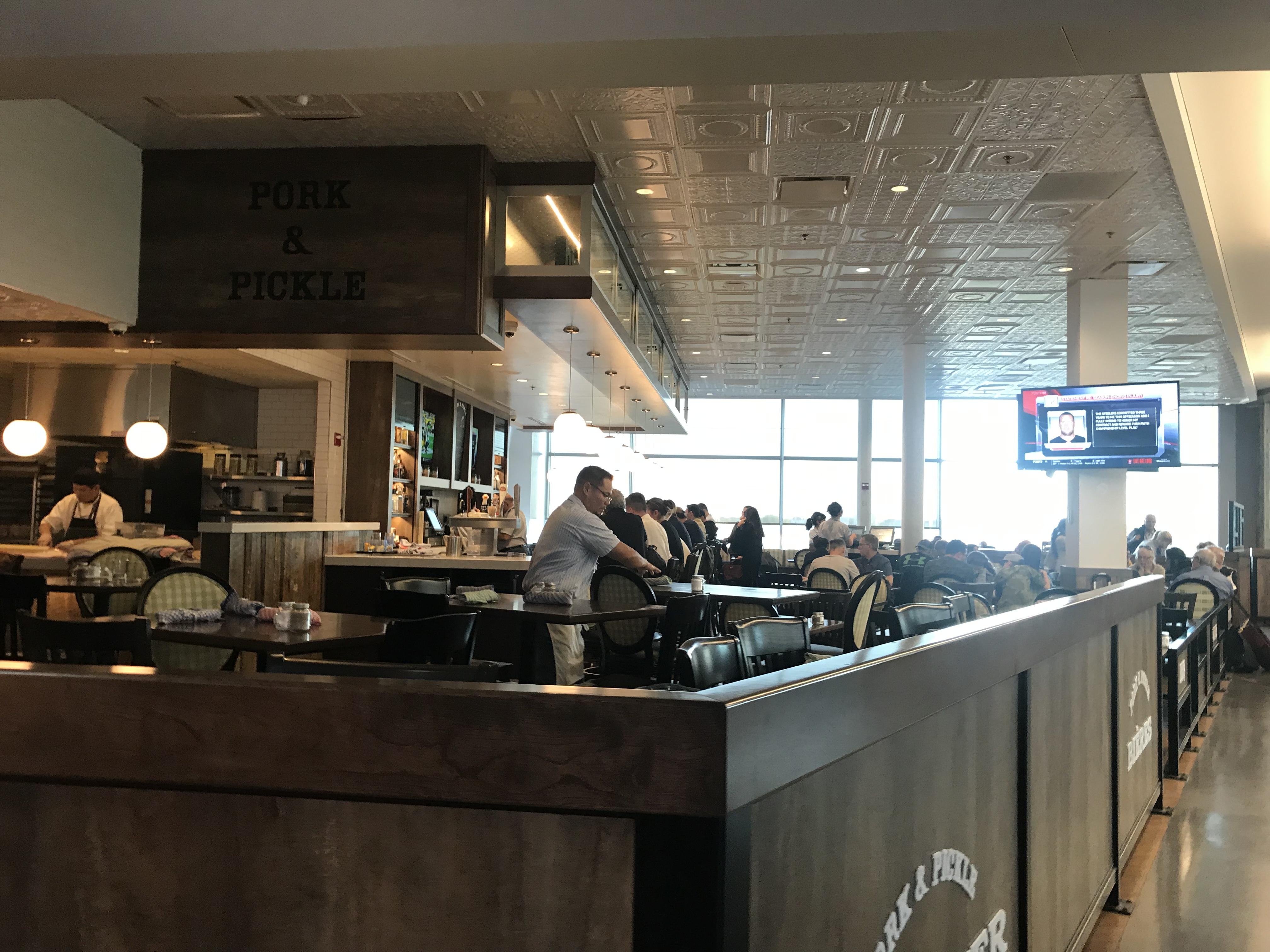 モントリオール空港レストランおすすめポーク&ピクルス
