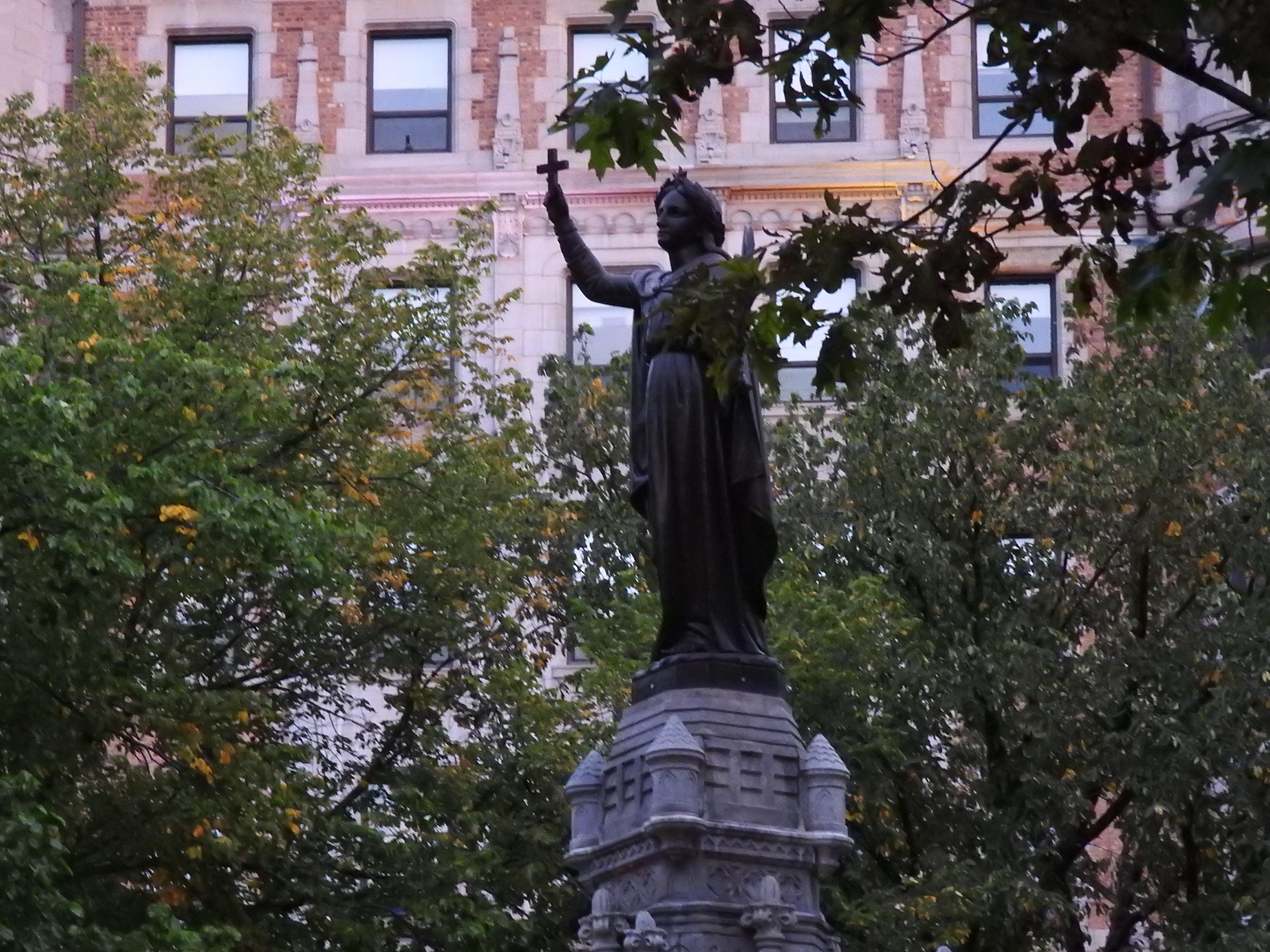 ケベックシティ観光 ダルム広場に立つイエズス会宣教師
