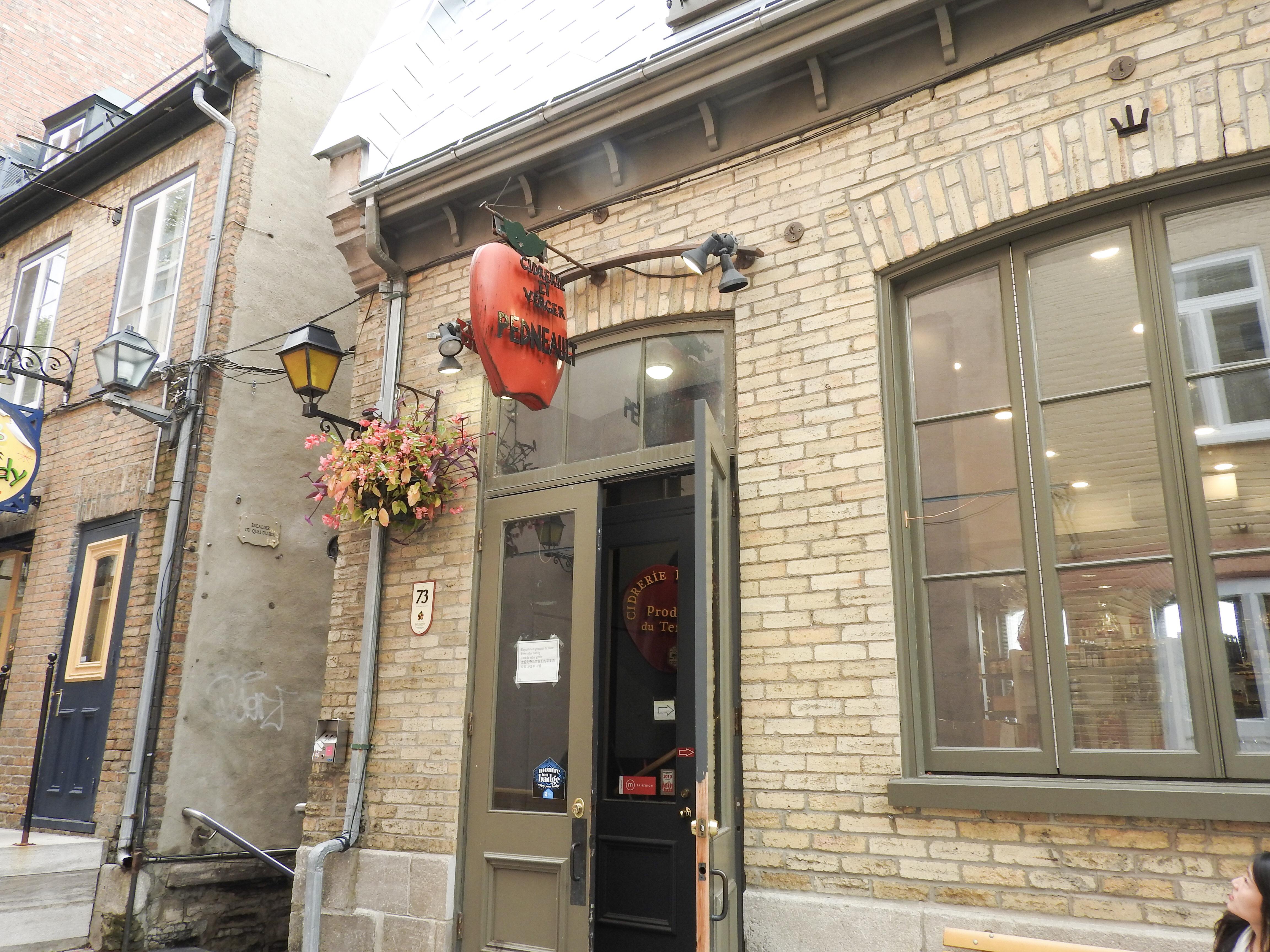 ケベックシティ観光 プチ・シャンプラン通りおすすめりんごアイスワンの店