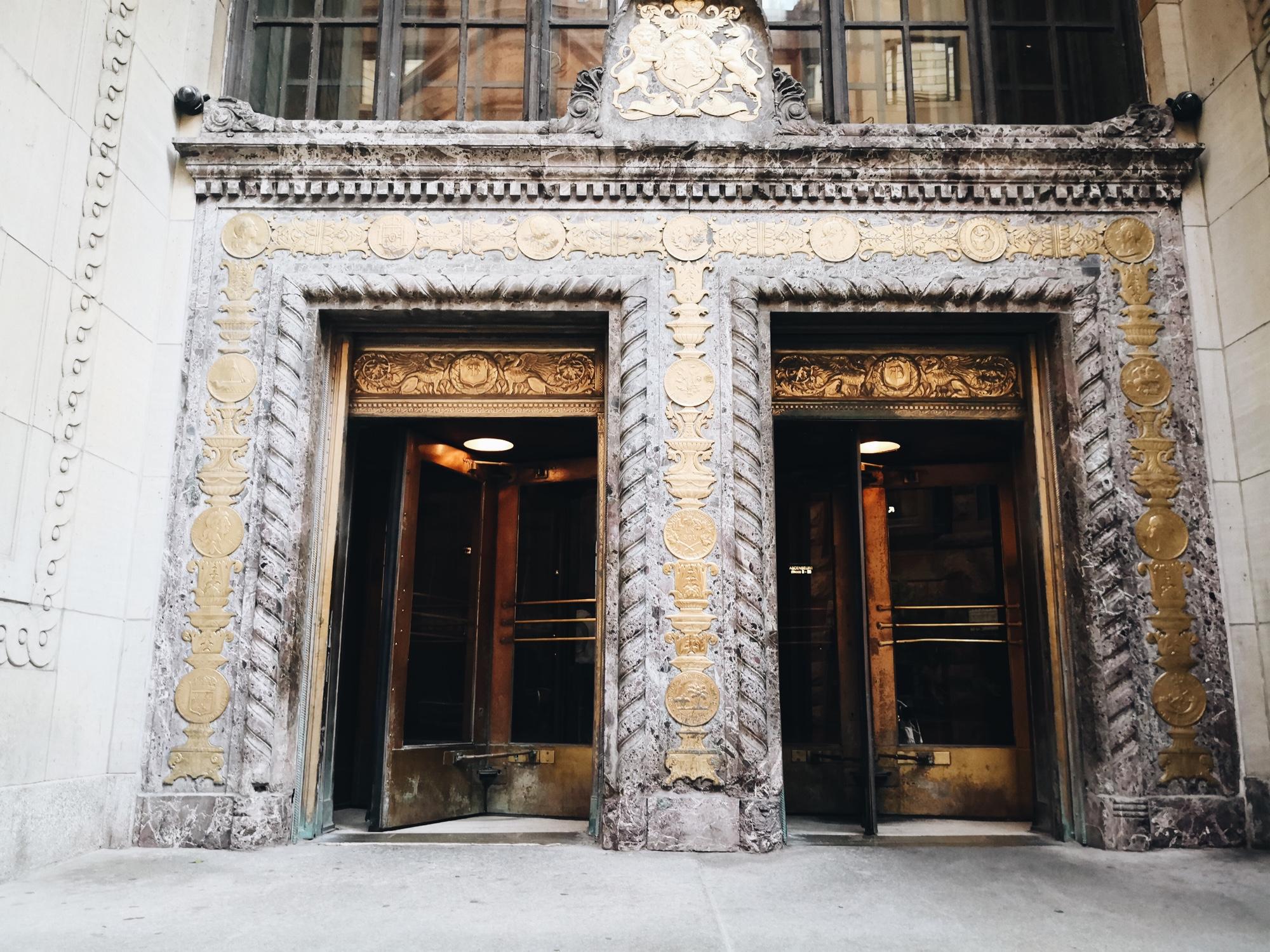 モントリオール 古い銀行の建物を利用したクルーカフェ