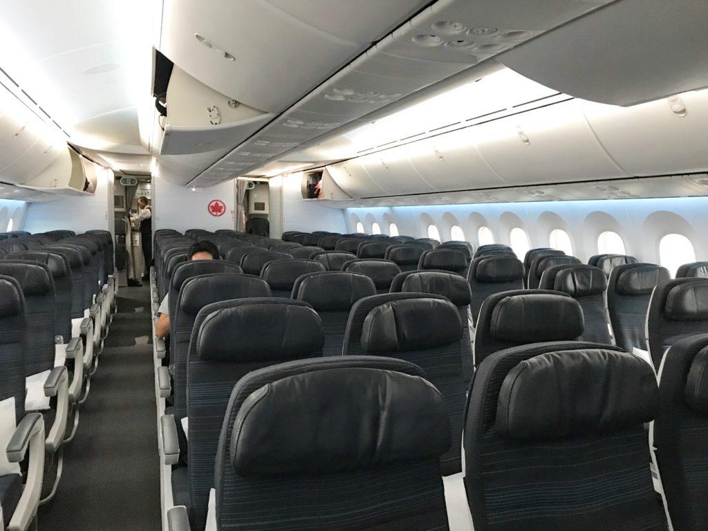エアカナダ搭乗記 機内Wi-Fiや機内映画座席幅