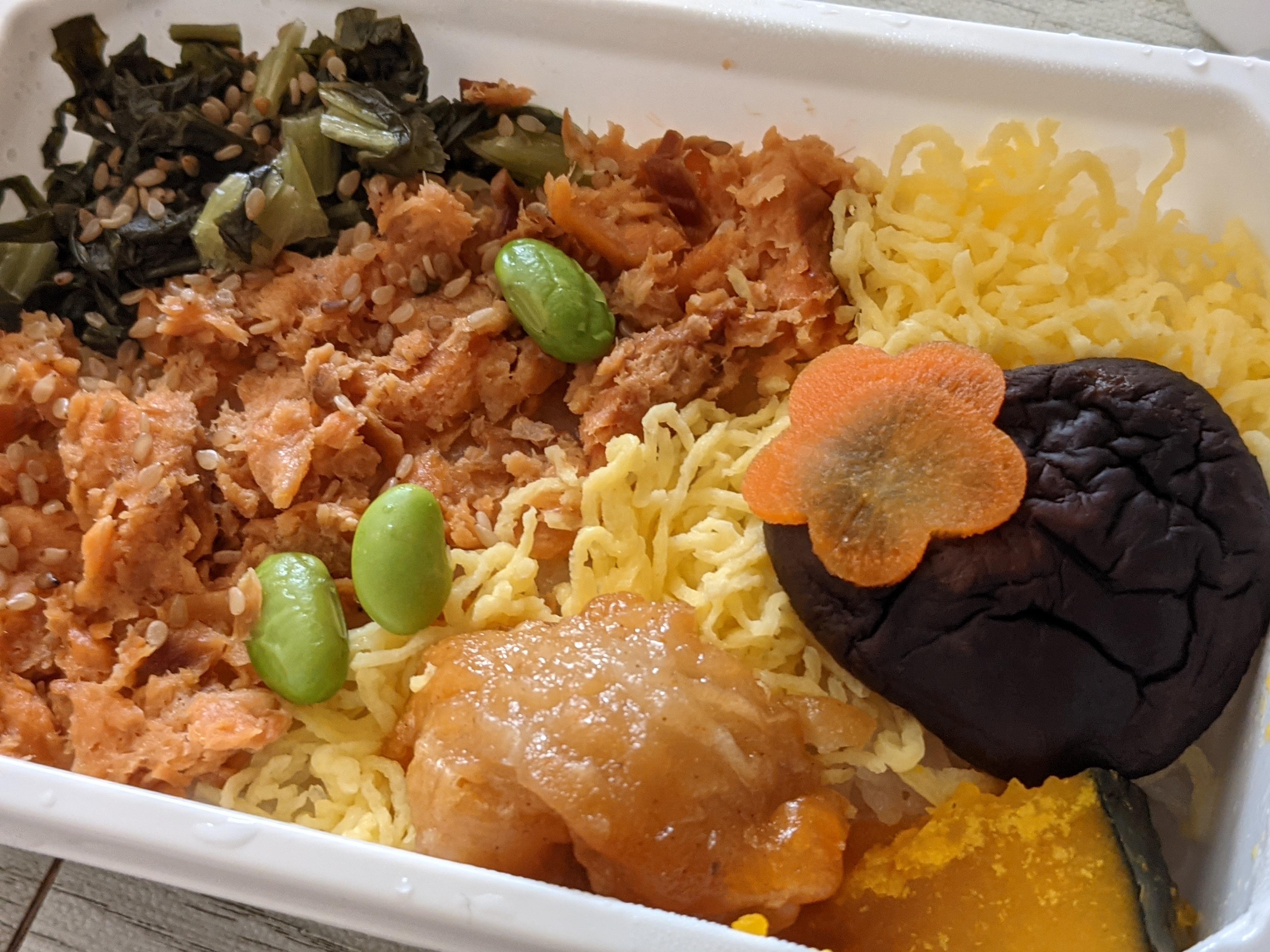 ネット通販で買ったANA機内食の紅鮭の彩りご飯