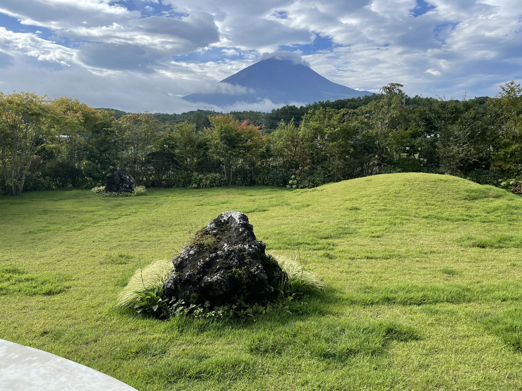 アブラサスホテルの庭から見える富士山
